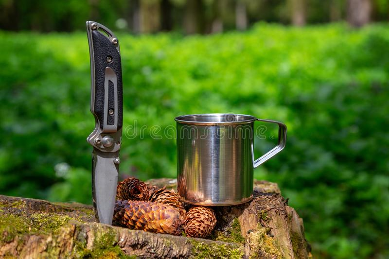 Touristische Stahlschale und Messer im Sommerwald stockfoto