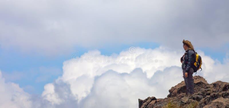 Touristische Stellung der Frau auf einem Vulkan in Indonesien, Bali lizenzfreie stockfotografie