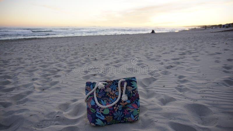 Touristische Tasche auf einem weißen Strand-Sand in Minorca stockfoto