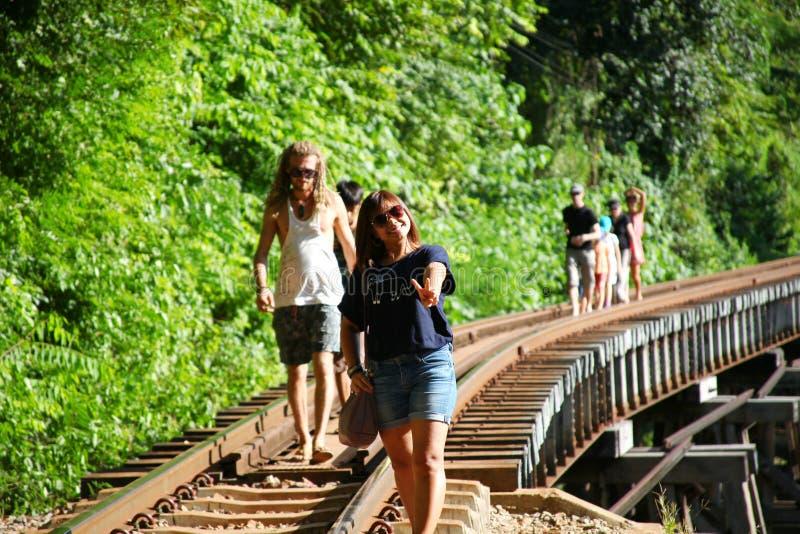 Touristische und lokale Leute auf Brücke lizenzfreies stockbild
