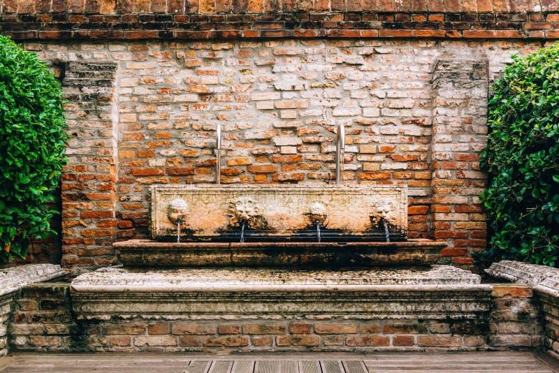 Touristische Wege des alten Venedigs stockbilder