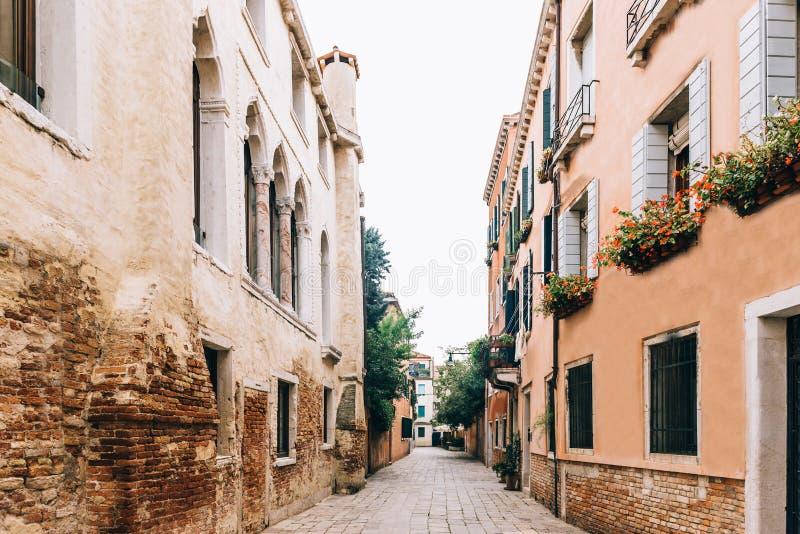 Touristische Wege des alten Venedigs stockfotos