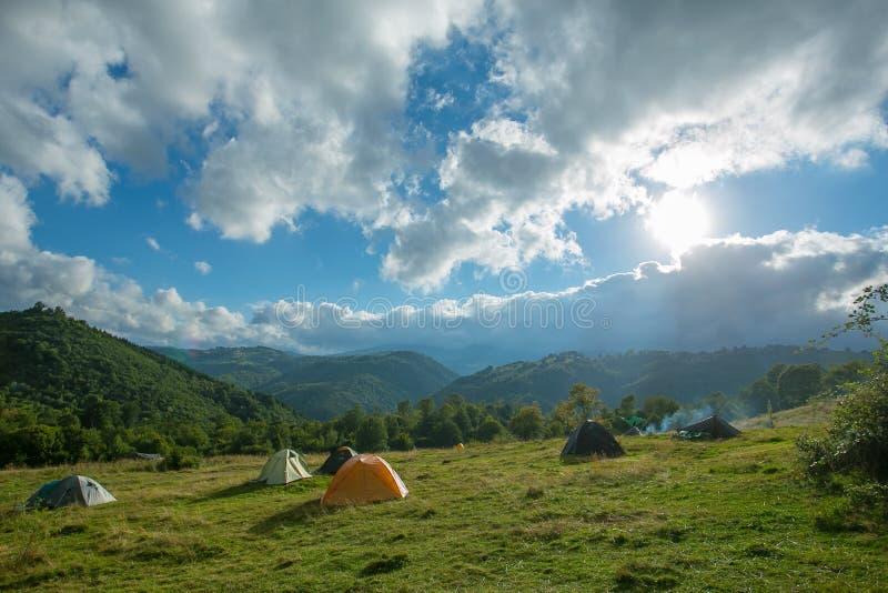Touristische Zelte in Berge lizenzfreie stockfotos