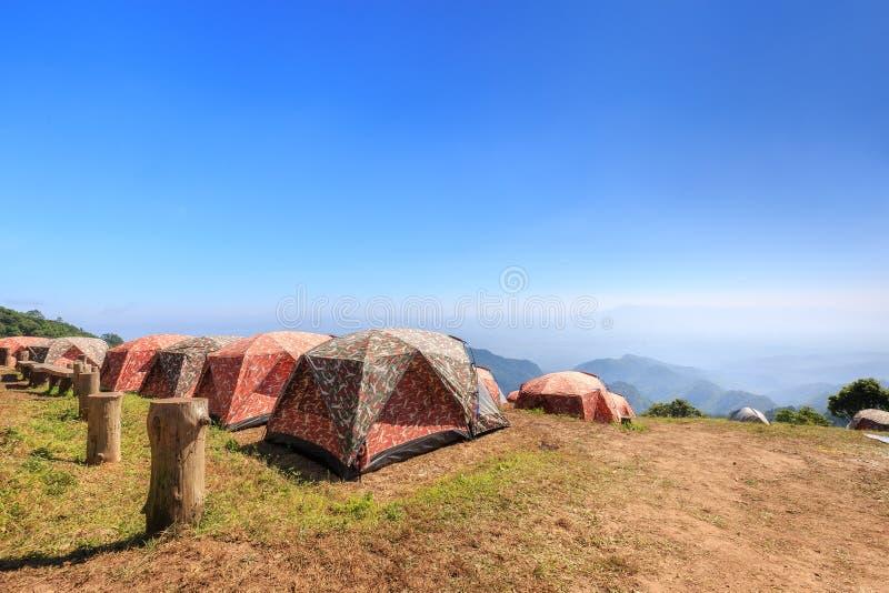 Touristische Zelte im Lager unter Wiese auf dem Berg lizenzfreie stockfotos