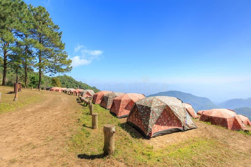 Touristische Zelte im Lager unter Wiese auf dem Berg stockbild