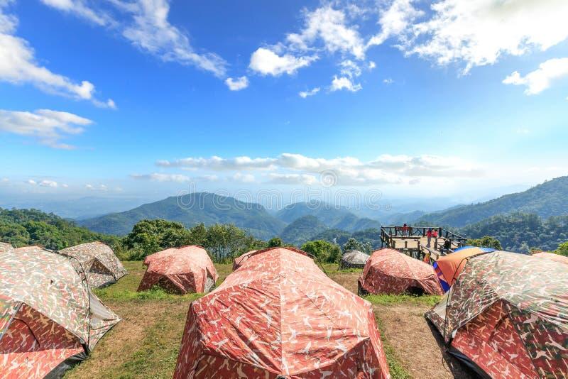 Touristische Zelte im Lager unter Wiese auf dem Berg lizenzfreies stockbild