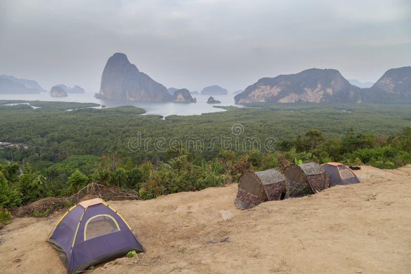 Touristische Zelte am Standpunkt an Sa trafen Nang sie in Phangnga-Bucht, stockbilder