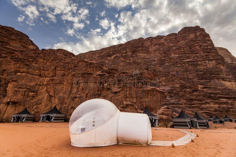 Touristische Zelte in Wadi Rum-Nachtisch stockbilder