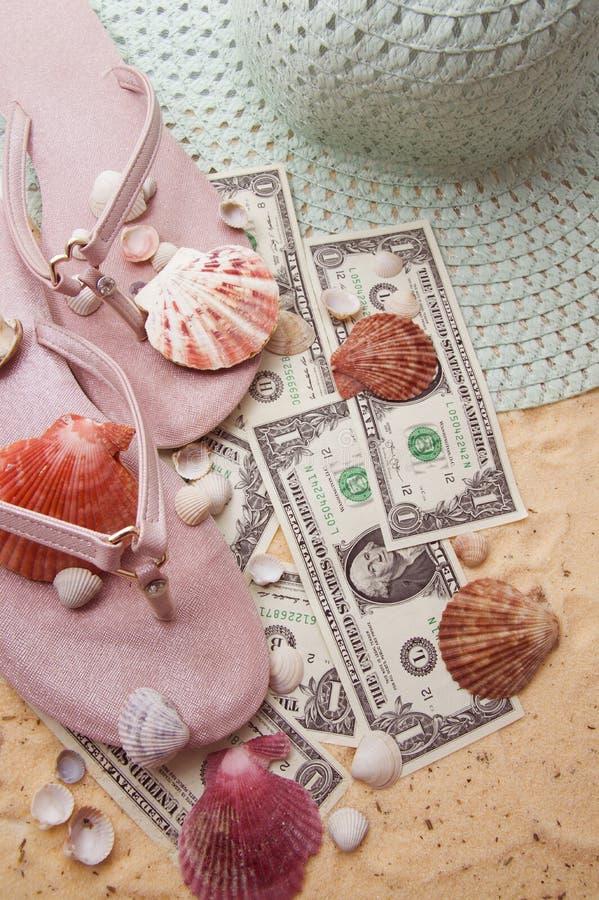 touristische Zus?tze sind auf dem goldenen Sand stockbild