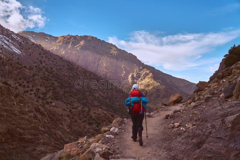 Touristischer Abstieg von Jebel Toubkal zurück zu Imlil lizenzfreie stockbilder