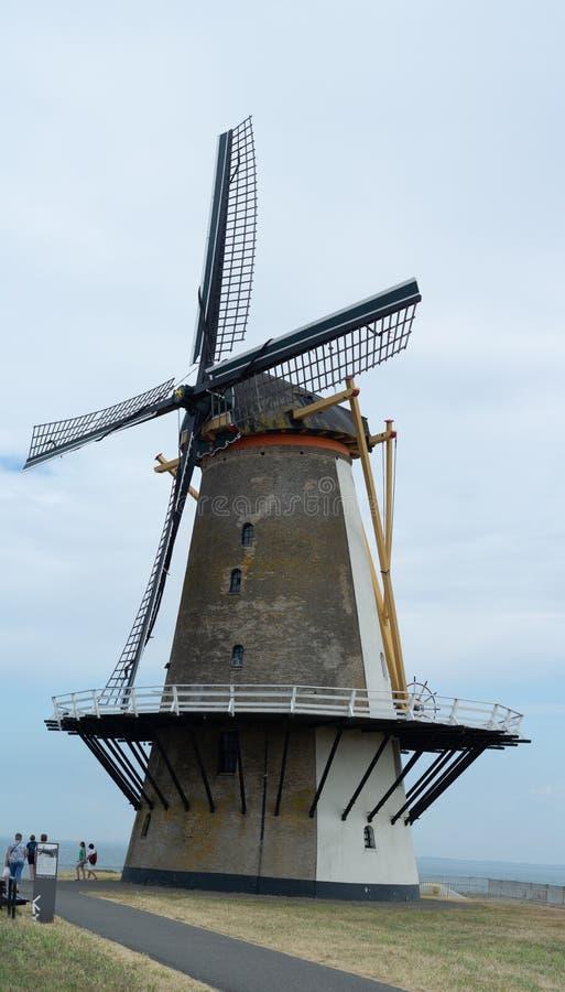 Touristischer Bestimmungsort, traditionelle niederländische Windmühle auf Seeufer, Vl lizenzfreies stockbild