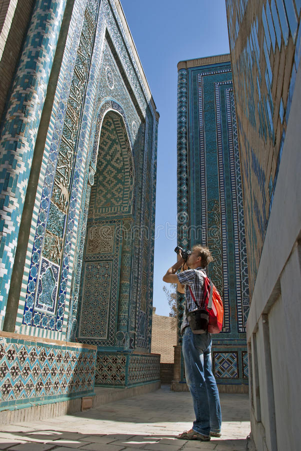 Touristischer Fotograf im Schah-ich-Zinda, Samarkand, Usbekistan lizenzfreies stockfoto