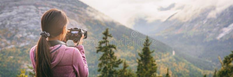 Touristischer Frauenphotograph der Reise, der Fotos mit Videokamera von Naturlandschaft-Alaska-Hintergrund macht lizenzfreie stockfotografie