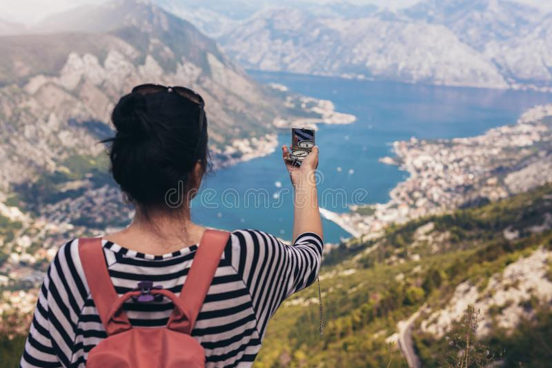 Touristischer Griffkompaß auf Reise, Lebensstilkonzeptabenteuer, lizenzfreies stockfoto