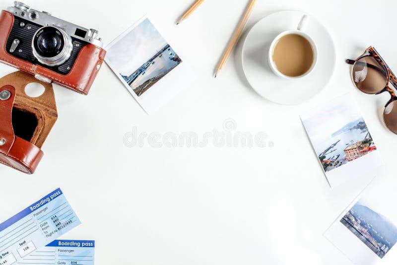 Touristischer Lebensstil mit des Tabellenhintergrundes der Kamera und der Fotos weißem Draufsichtmodell lizenzfreies stockbild