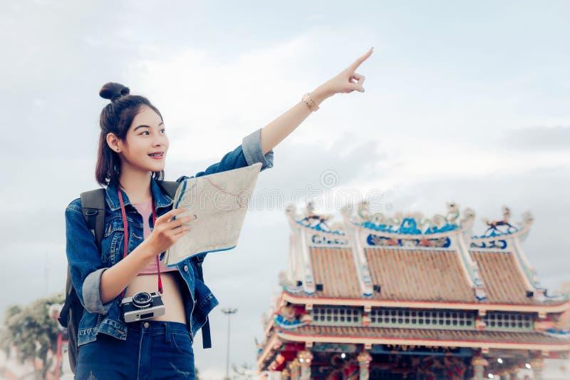 Touristischer M?dchen ` s Griff eine Karte und Betrachten des Ansicht Reisestandorts kulturell und L?cheln auf der Tagesreise stockfotografie