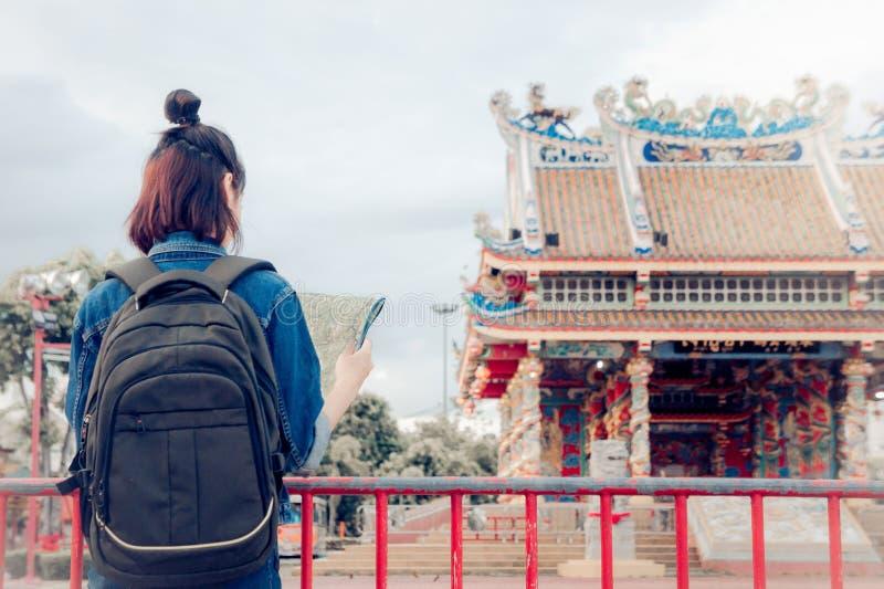 Touristischer M?dchen ` s Griff eine Karte und Betrachten des Ansicht Reisestandorts kulturell und L?cheln auf der Tagesreise lizenzfreie stockfotografie