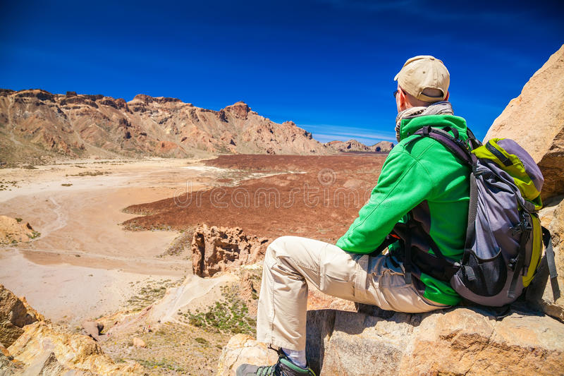 Touristischer Mann, der die Berge Liano de Ucanca betrachtet lizenzfreies stockbild