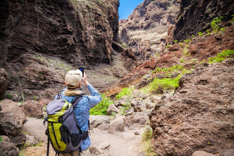 Touristischer Mann, der ein Foto der Schlucht Masca macht stockfotografie