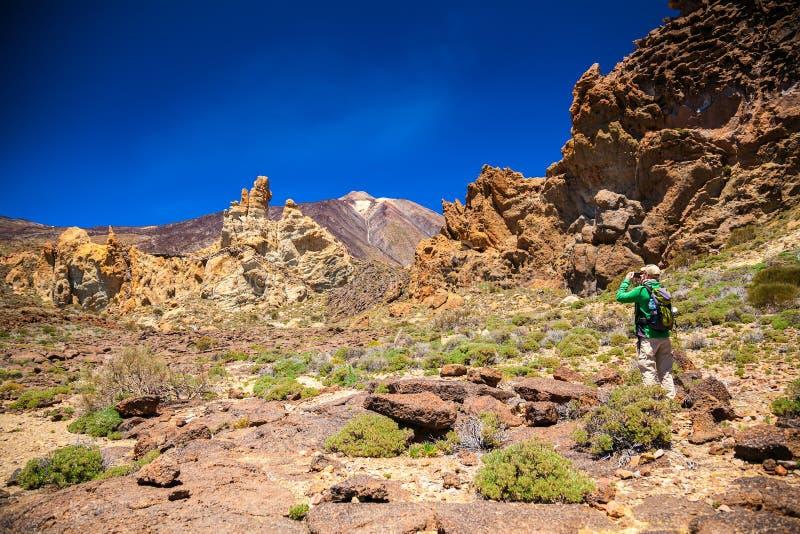 Touristischer Mann, der Foto am Nationalpark Teide macht lizenzfreies stockbild