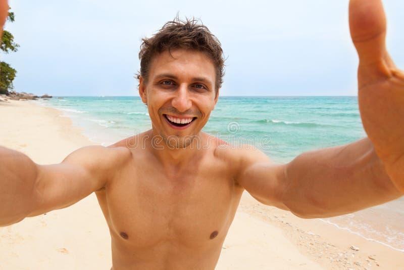 Touristischer Mannstrand, der selfie Fotophoto macht stockbilder