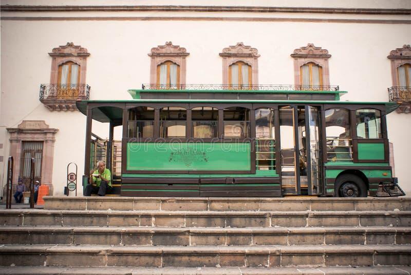 Touristischer Retro- Bus auf dem Hauptplatz in Zacatecas, Mexiko lizenzfreie stockfotografie