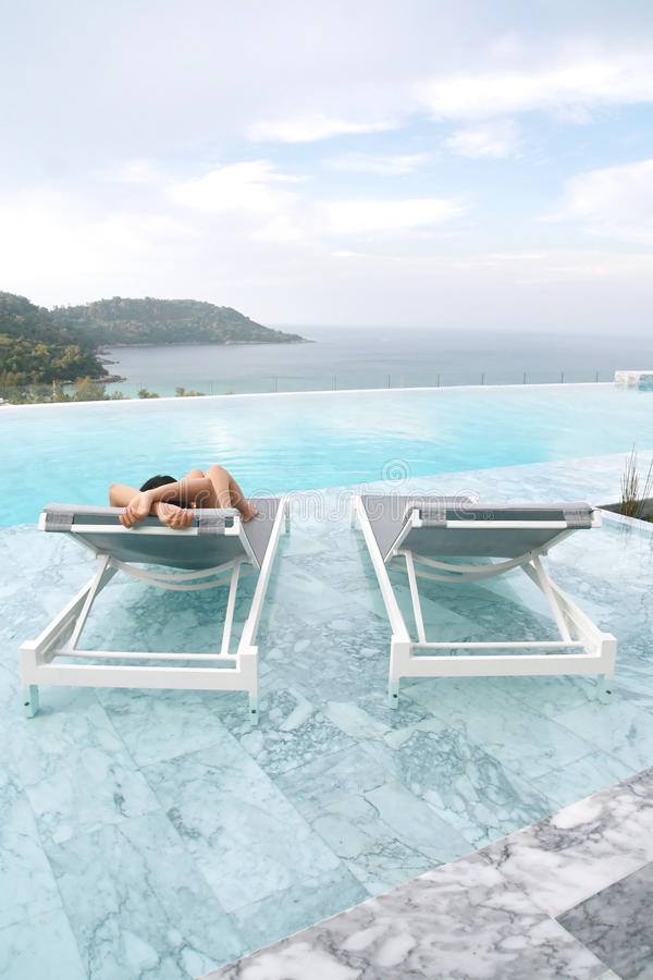 Touristischer Schlaf auf deckchair lizenzfreies stockbild