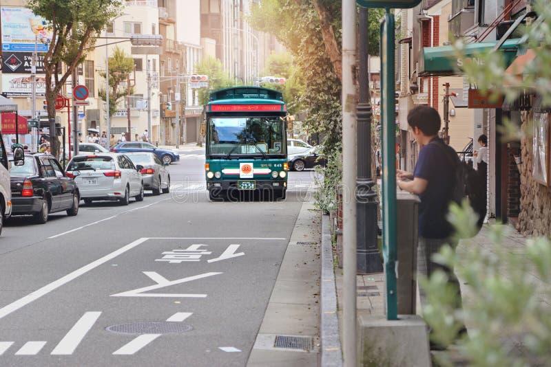 Touristischer Stadtschleifenbus von Kobe, traditioneller Busshuttle reconnoitre die Stadtumschlagstation auf Touristenattraktione stockbild