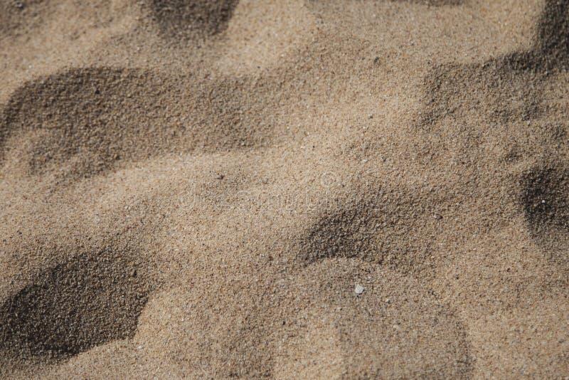 Touristischer Strand des Sandes sonnig lizenzfreie stockfotos