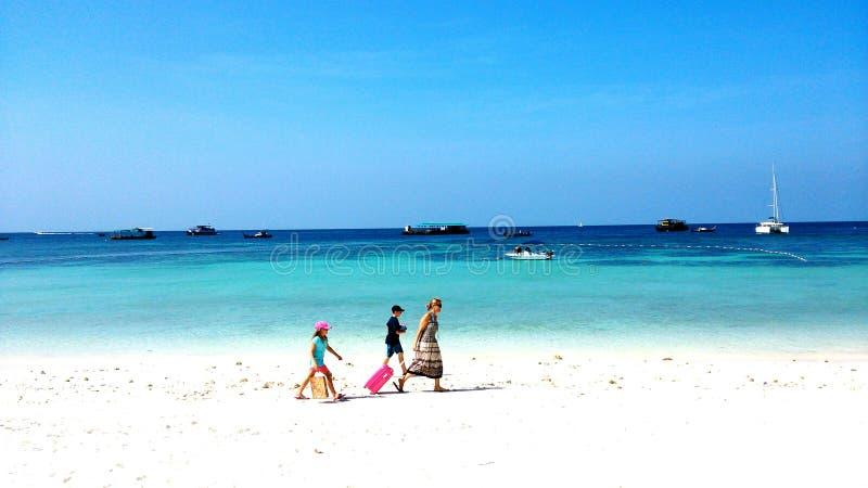 Touristischer Weg durch den Strand lizenzfreies stockfoto