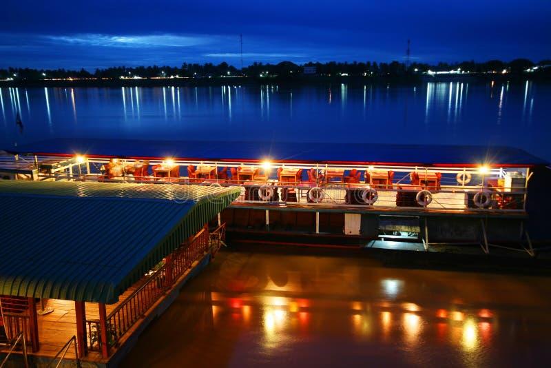 Touristisches boad auf dem Mekong - Grenze zwischen Thailand und Laos (dargestellt von Thailand nach Laos). Der Mekong ist der 11. stockfoto