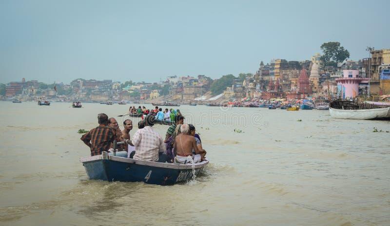 Download Touristisches Boot Auf Dem Ganges In Varanasi, Indien Redaktionelles Bild - Bild von platz, taube: 96925255