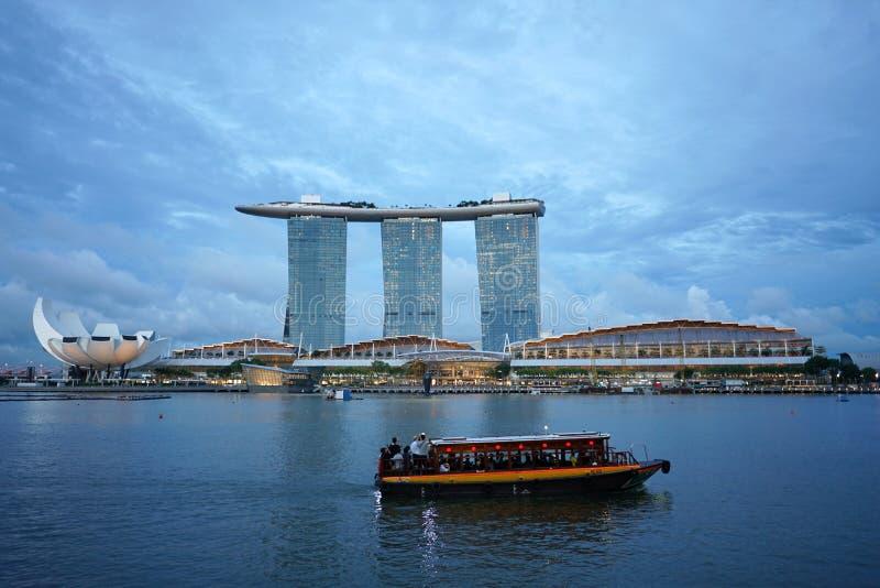 Touristisches Boot auf der Jachthafenbucht mit berühmter Marina Bay versandet buil stockfoto