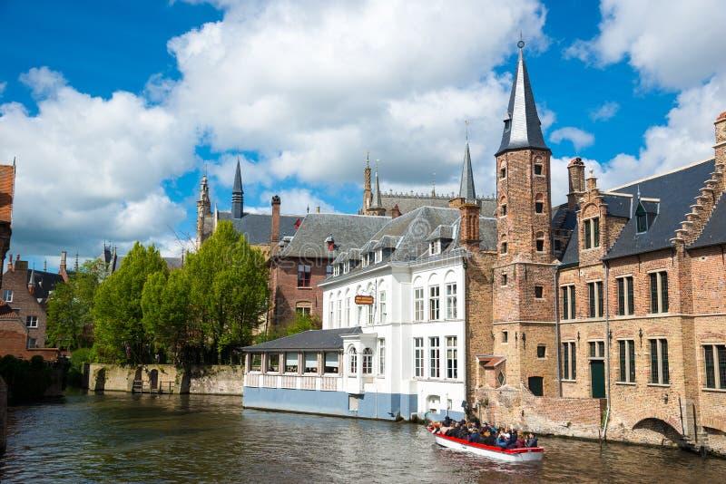Touristisches Boot auf Kanal in Brügge an einem schönen Sommertag, Belgien lizenzfreies stockbild