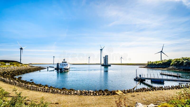 Touristisches Boot am Delta-Arbeits-Sturmflutwehr beim Oosterschelde, das von Insel Neeltje Jans abreist stockbilder
