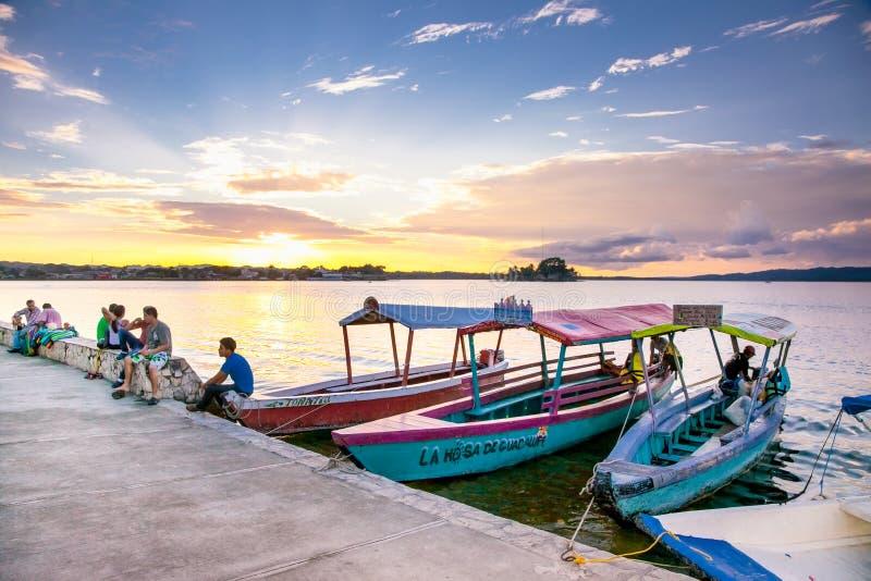 Touristisches Boot Peten Iitza am See in Flores guatemala lizenzfreies stockbild