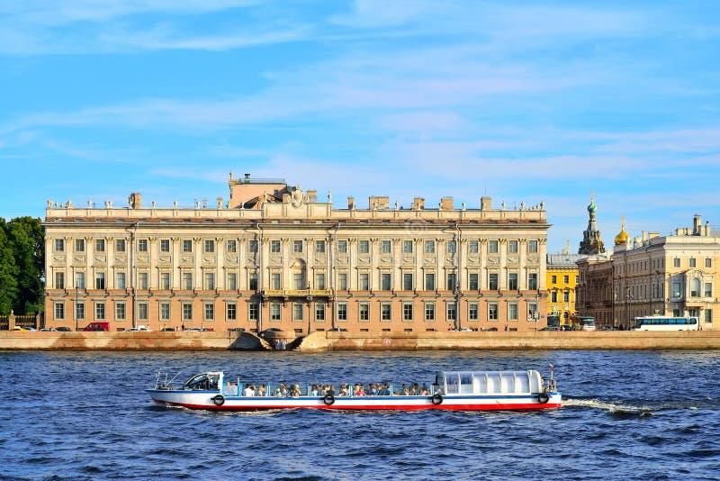 Download Touristisches Boot Schwimmt Auf Den Hintergrund Des Marmorpalastes Auf Th Stockbild - Bild von stadt, historisch: 106801933