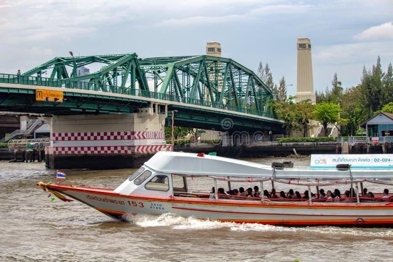 Touristisches Boot und Brücke Bangkok lizenzfreie stockfotografie