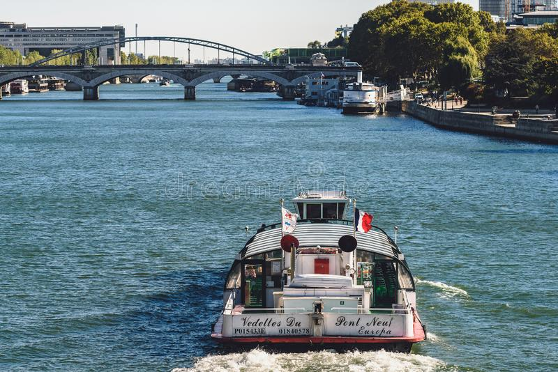 Touristisches Fährensegeln hinunter die Seine, Paris, Frankreich stockfotografie