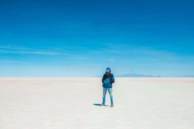 Touristisches Gehen in Sonnenschein Salar de Uyuni lizenzfreie stockbilder