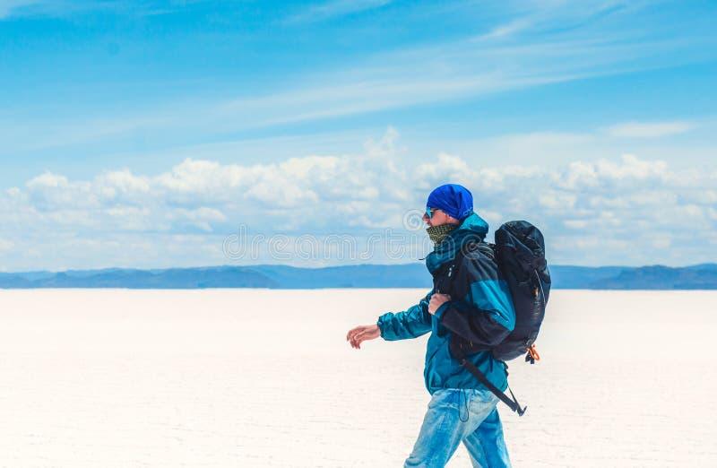 Touristisches Gehen in Sonnenschein Salar de Uyuni stockbilder