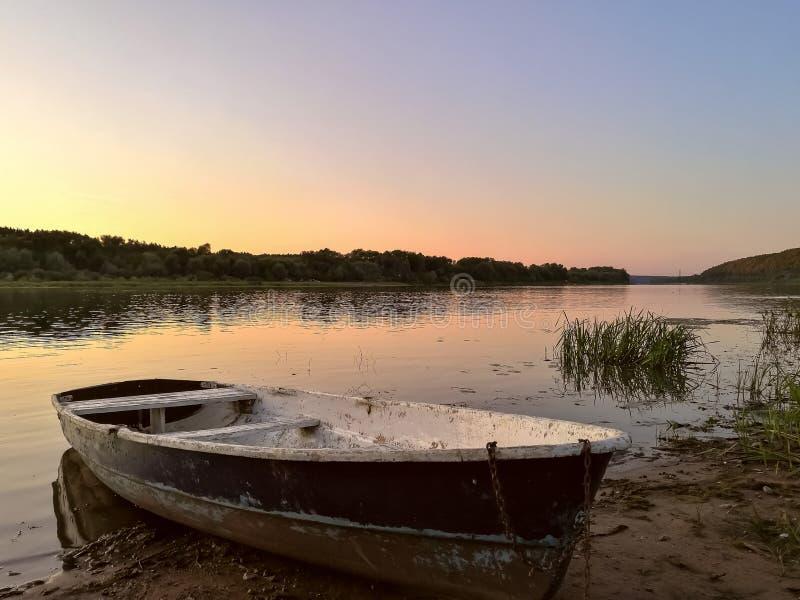 Touristisches Gummiboot auf Fluss stockfotografie