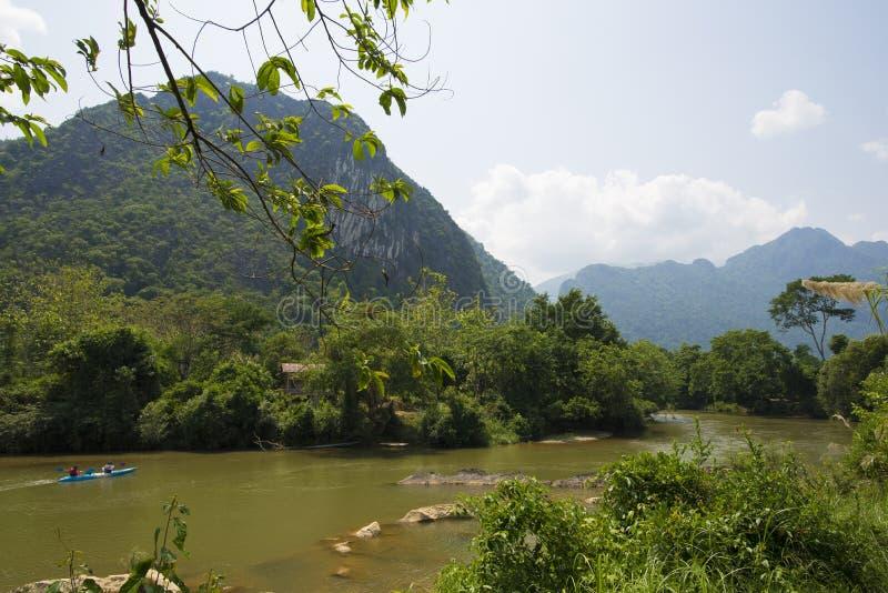 Touristisches kaiyak in einem Fluss stockbilder
