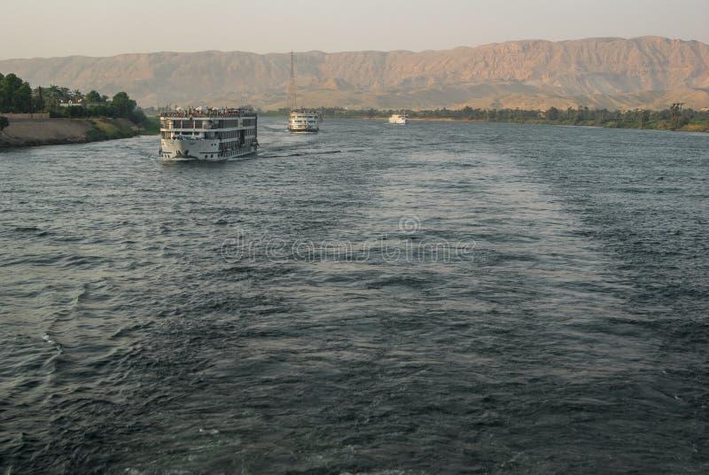 Touristisches Kreuzfahrtboot, das entlang den Fluss Nil reist lizenzfreies stockfoto