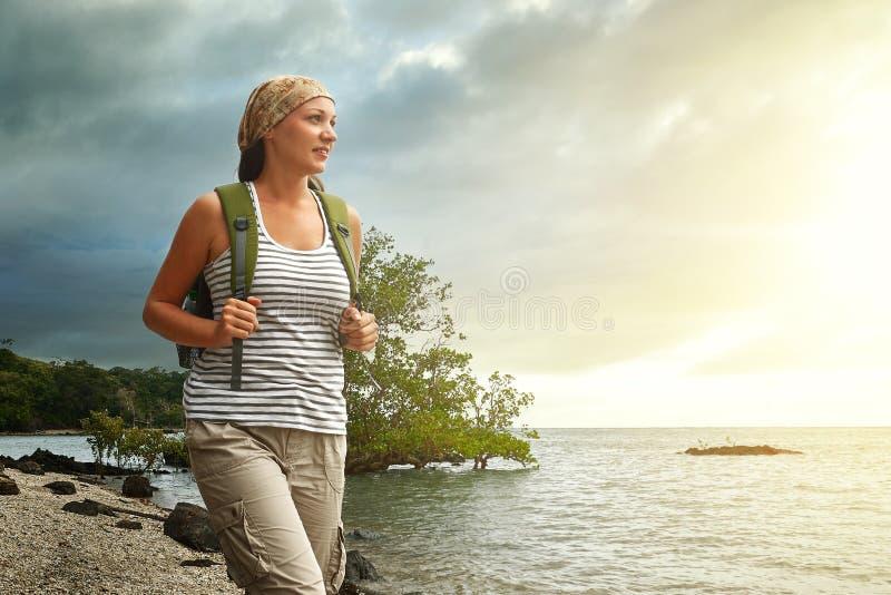 Touristisches Mädchen, das Ansicht des schönen Sonnenuntergangs und des Meeres, travelin genießt lizenzfreie stockfotos