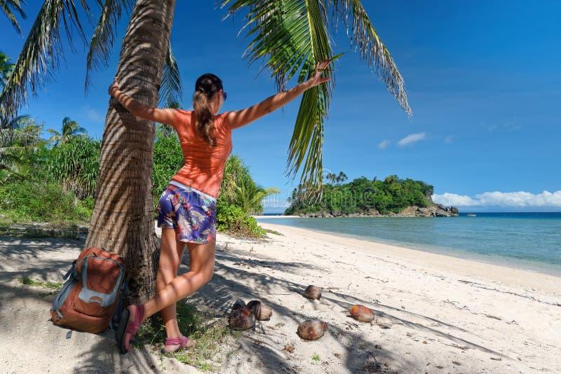 Touristisches Mädchen, das Ansicht von Trauminsel und von Strand genießt lizenzfreie stockfotografie