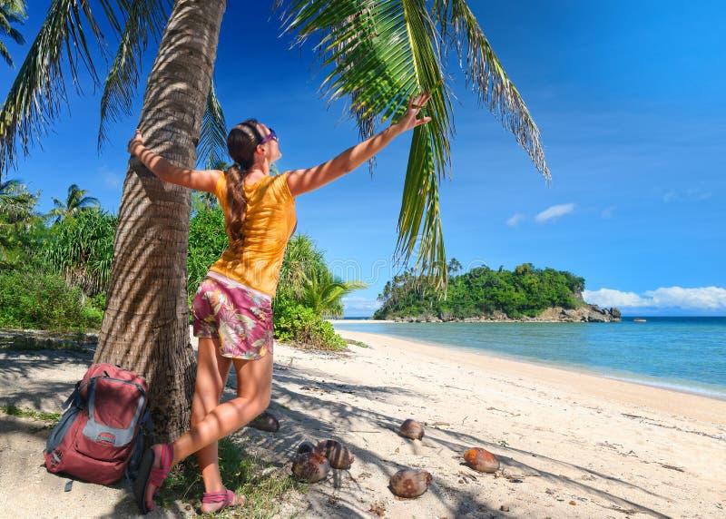 Touristisches Mädchen, das Ansicht von Trauminsel und von Strand genießt stockfotos