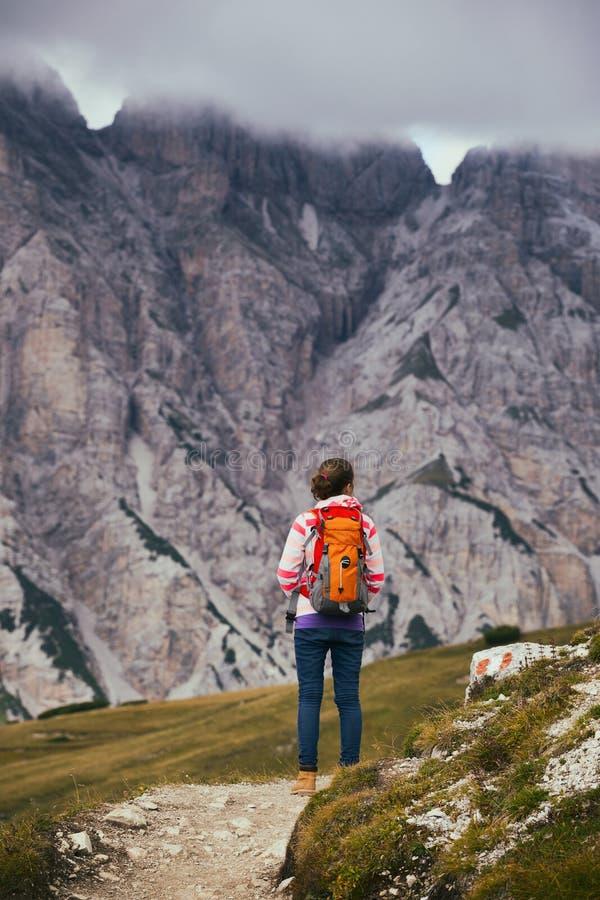 Touristisches Mädchen an den Dolomit stockfotografie