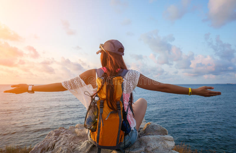Touristisches Mädchen des jungen Sports, das schöne Ansichten von Meer enjoing ist lizenzfreie stockfotos