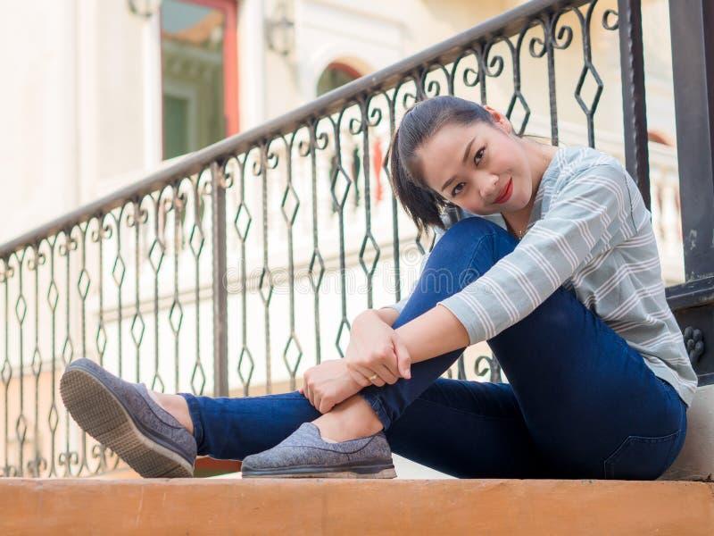 Touristisches Mädchen entspannen sich auf der Brücke mit schönem europäischem buildng im Hintergrund stockbilder